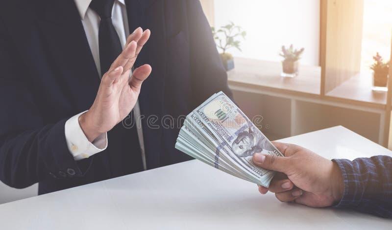 Bedrijfsmens die geld weigeren om de steekpenning te nemen het concept corruptie en antiomkoperij stock foto's