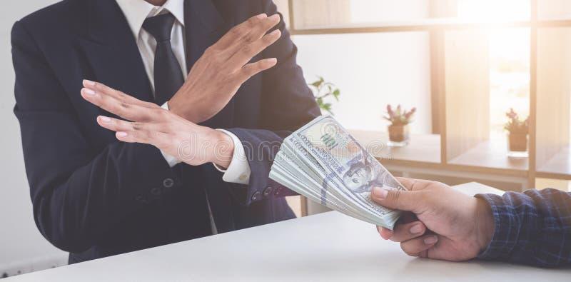 Bedrijfsmens die geld weigeren om de steekpenning te nemen het concept corruptie en antiomkoperij royalty-vrije stock afbeeldingen