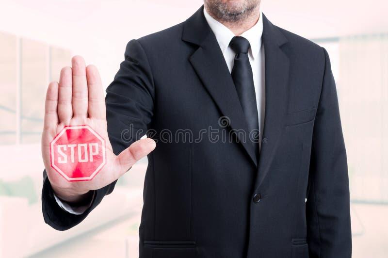 Bedrijfsmens die het gebaar van het eindeteken tonen royalty-vrije stock afbeelding