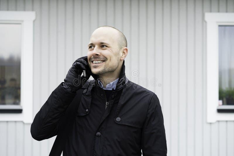 Bedrijfsmens die het openlucht spreken in telefoon bevinden zich royalty-vrije stock fotografie