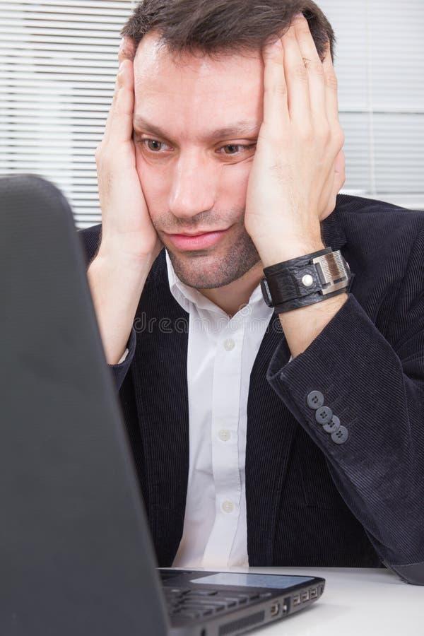 Bedrijfsmens die het schermlaptop computer met omhoog geschokt bekijken royalty-vrije stock foto