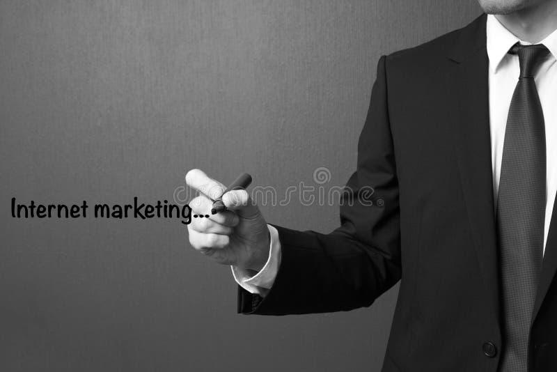 Bedrijfsmens die Internet-marketing schrijven royalty-vrije stock afbeelding