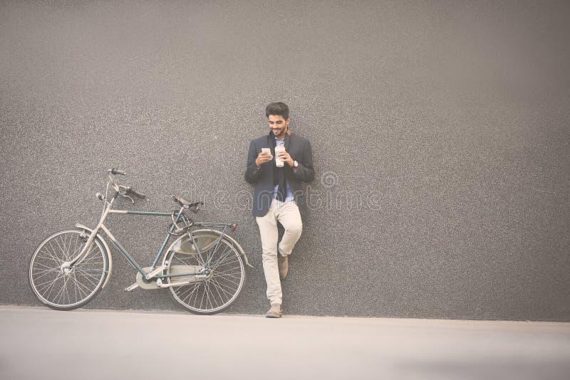 Bedrijfsmens die in koffie na het werk genieten van stock foto's