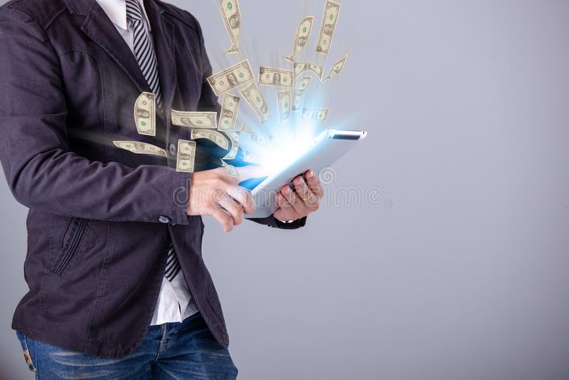 Bedrijfsmens die laptop met behulp van die online zaken bouwen die mone maken royalty-vrije stock foto's