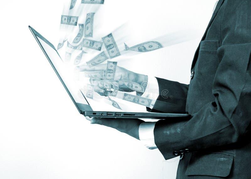 Bedrijfsmens die laptop met behulp van die online zaken bouwen die mone maken stock foto
