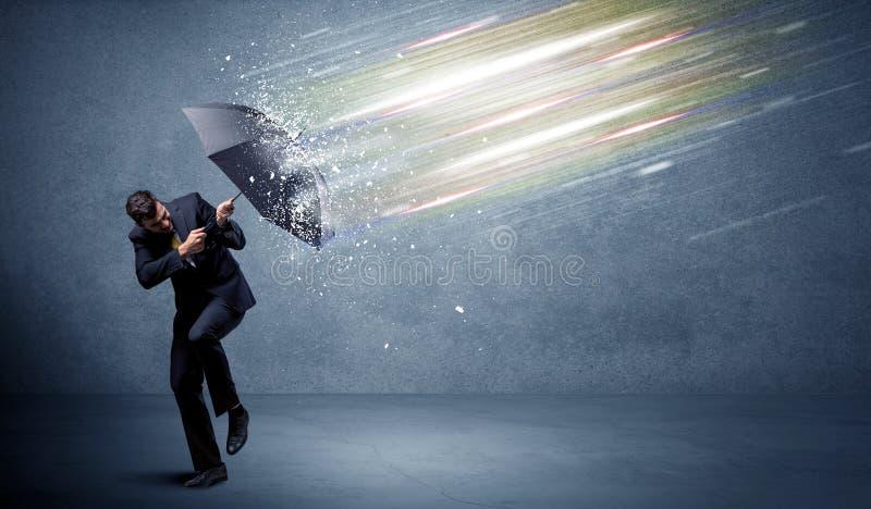 Bedrijfsmens die lichtstralen met parapluconcept verdedigen royalty-vrije stock afbeelding