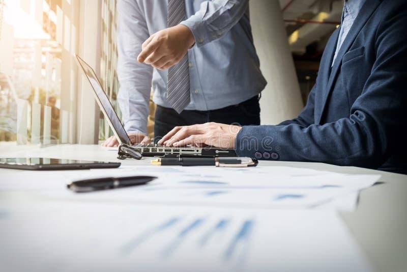 Bedrijfsmens die met computer in teamvergadering werken die Discu spreken stock afbeeldingen