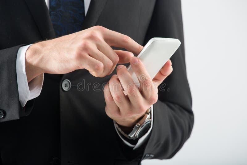 Bedrijfsmens die met mobiele telefoon roepen stock foto's
