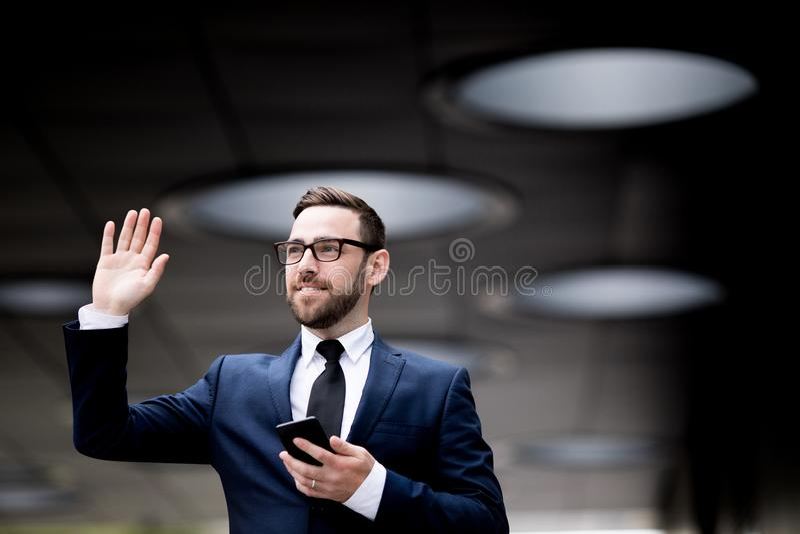 Bedrijfsmens die met smartphone hello teken tonen royalty-vrije stock afbeelding