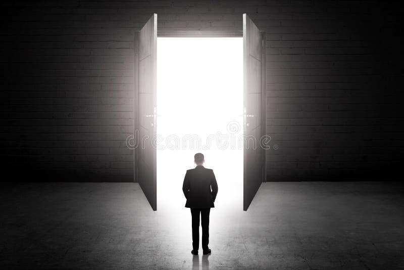 Bedrijfsmens die naar de open deur gaan royalty-vrije stock afbeelding