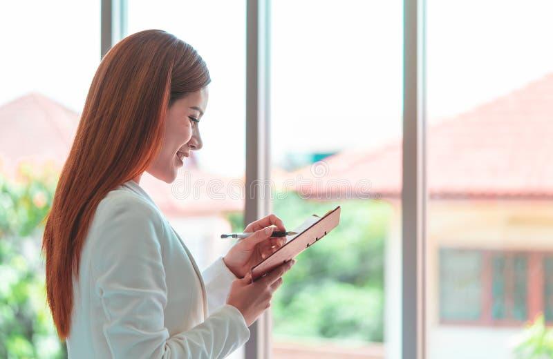 Bedrijfsmens die nota in bureau nemen voor vrouwenvertrouwen bedrieg royalty-vrije stock afbeeldingen