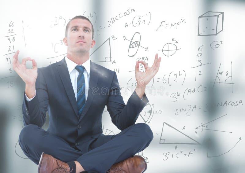 Bedrijfsmens die in onscherp grijs bureau met gloed en wiskundekrabbel mediteren stock fotografie