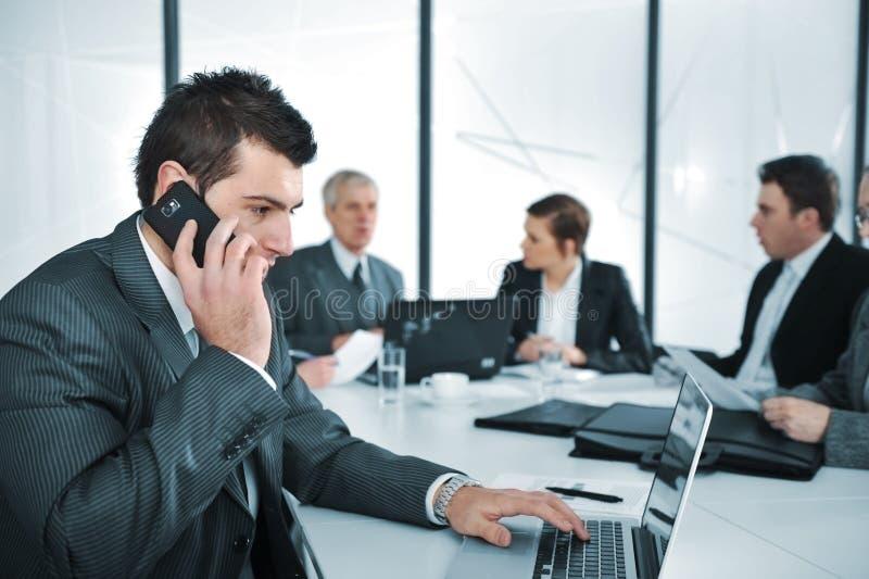 Bedrijfsmens die op de telefoon spreekt stock foto's