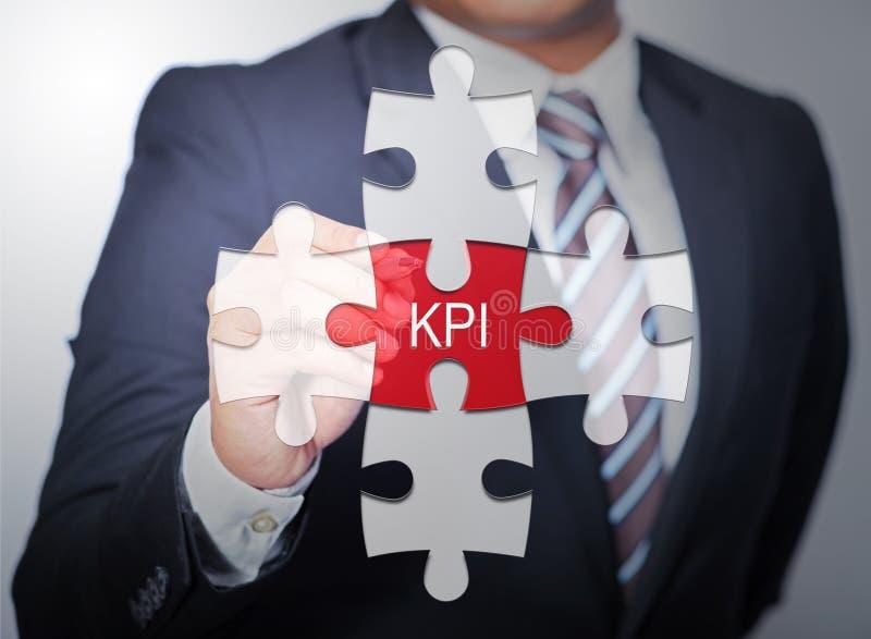 Bedrijfsmens die op figuurzaag geschreven woord KPI richten royalty-vrije stock fotografie