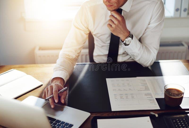 Bedrijfsmens die op kantoor, het concept van de Adviseuradvocaat werken royalty-vrije stock fotografie
