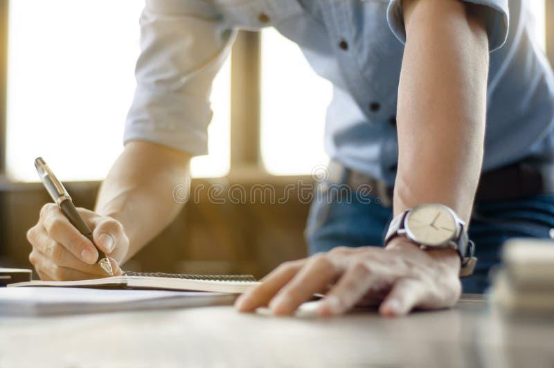 Bedrijfsmens die op kantoor met laptop en documenten werken royalty-vrije stock afbeelding