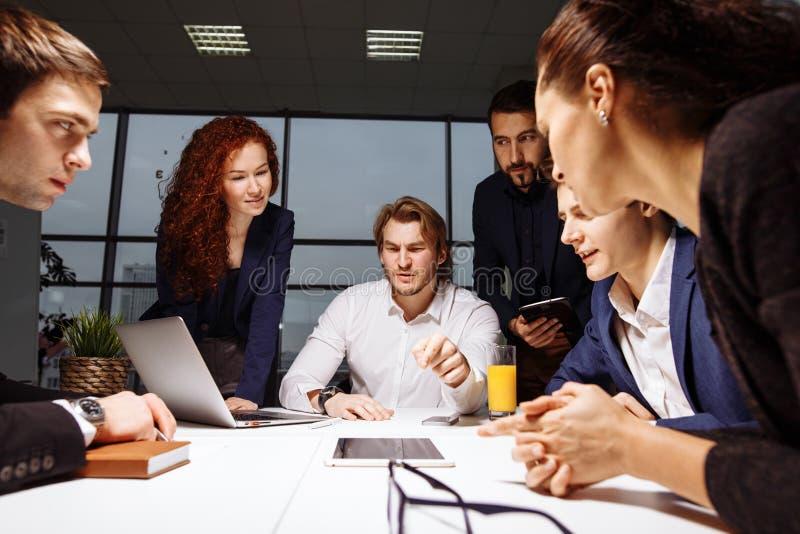 Bedrijfsmens die presentatie maken op kantoor stock foto's