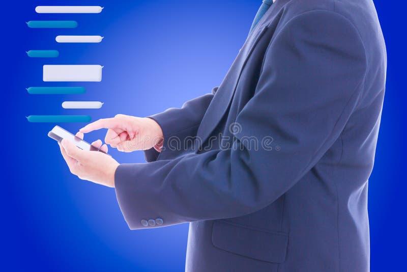 Bedrijfsmens die slimme telefoon houdt stock afbeeldingen