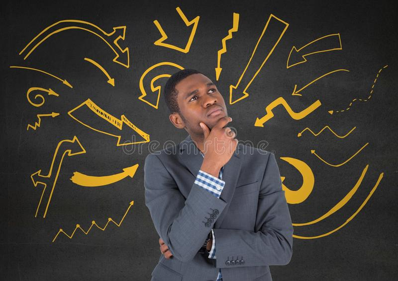 Bedrijfsmens die tegen grijze muur met gele pijlgrafiek denken royalty-vrije stock afbeelding