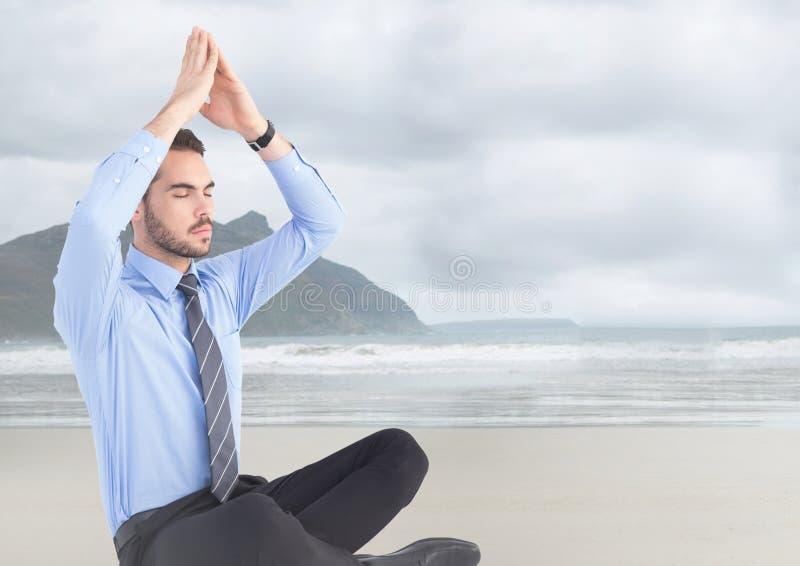 Bedrijfsmens die tegen onscherp strand mediteren stock afbeeldingen