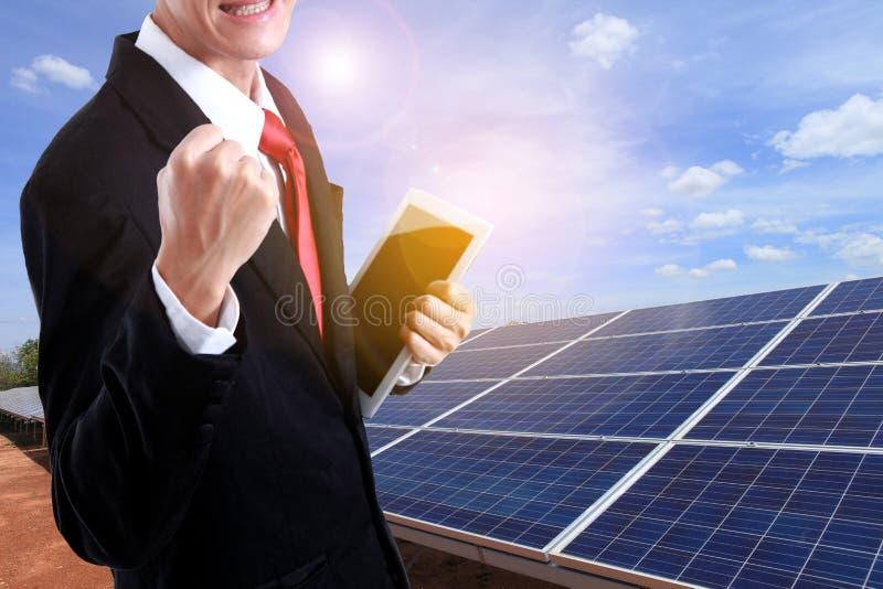 Bedrijfsmens die van de zonneelektrische centrale van de succesarbeider met Ta genieten stock afbeelding