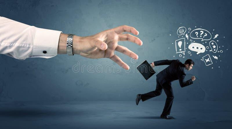 Bedrijfsmens die van een grote hand lopen stock foto