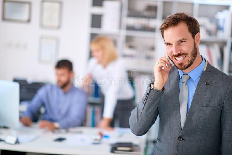 Bedrijfsmens die van succes genieten op het werk royalty-vrije stock foto