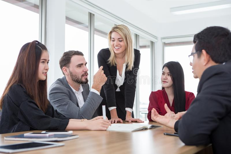 bedrijfsmens die in vergaderzaal voorstellen Groep jonge bedrijfsmensenbrainstorming samen in bureau groepswerkconferentie stock foto