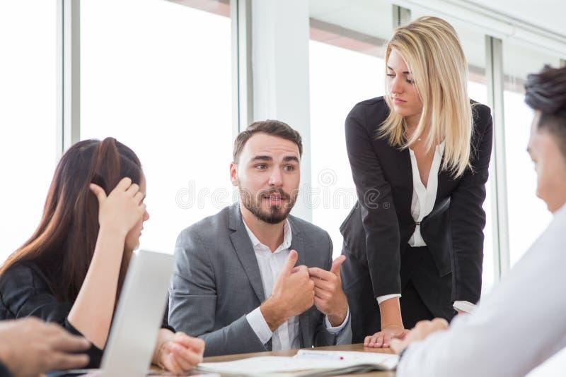 bedrijfsmens die in vergaderzaal voorstellen Groep jonge bedrijfsmensenbrainstorming samen in bureau groepswerkconferentie royalty-vrije stock fotografie