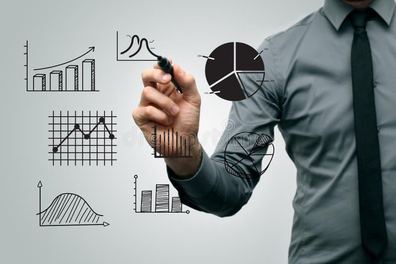 Bedrijfsmens die verschillende grafieken en grafieken trekken stock afbeeldingen