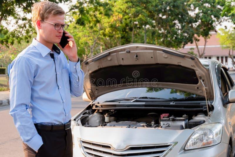 Bedrijfsmens die verzekeringsagent na ongeval roepen, Verzekering c stock foto's
