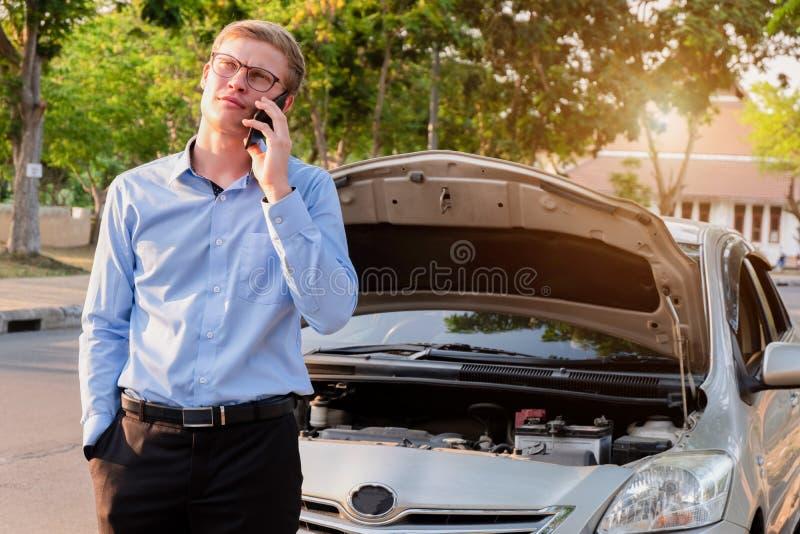 Bedrijfsmens die verzekeringsagent na ongeval roepen, Verzekering c stock fotografie