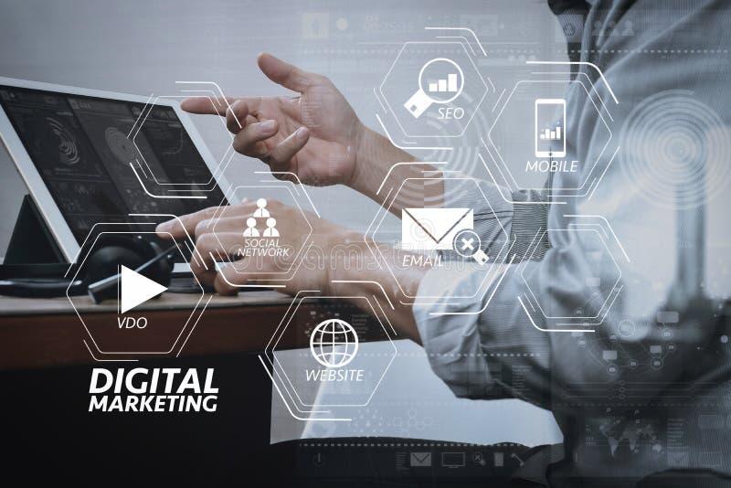 bedrijfsmens die VOIP-hoofdtelefoon met digitaal doc. van de tabletcomputer met behulp van royalty-vrije stock foto's
