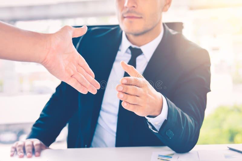 Bedrijfsmens die zijn hand voor handdruk geven aan partner, vennootschapgroepswerk of succesvol overeenkomstenconcept stock afbeelding