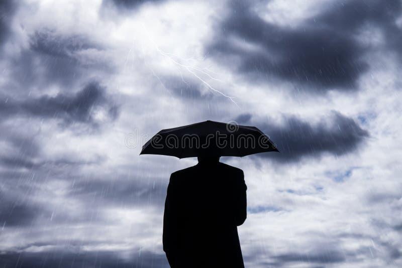 Bedrijfsmens en paraplu stock foto's