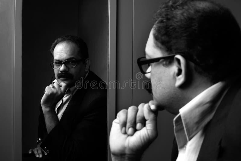 Bedrijfsmens en zijn gedachtengang stock foto's