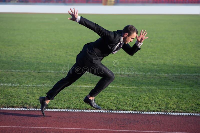 Bedrijfsmens klaar aan sprint stock foto