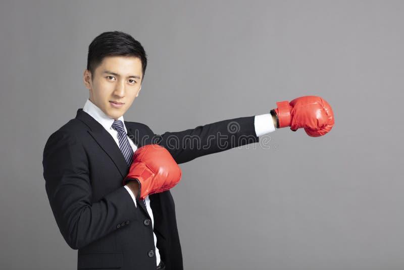 Bedrijfsmens klaar om met bokshandschoenen te vechten royalty-vrije stock foto