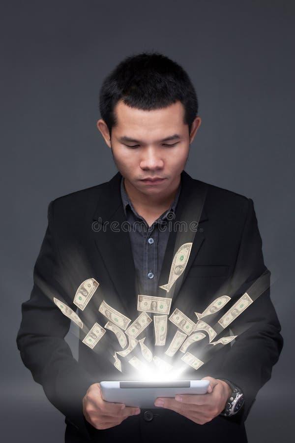 Bedrijfsmens laptop online zaken die de rekeningen van de gelddollar maken royalty-vrije stock fotografie