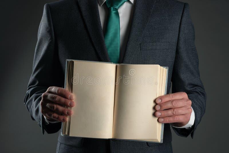 Bedrijfsmens met open boek stock foto's