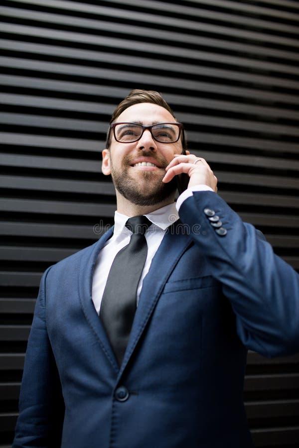 Bedrijfsmens met smartphone stock foto