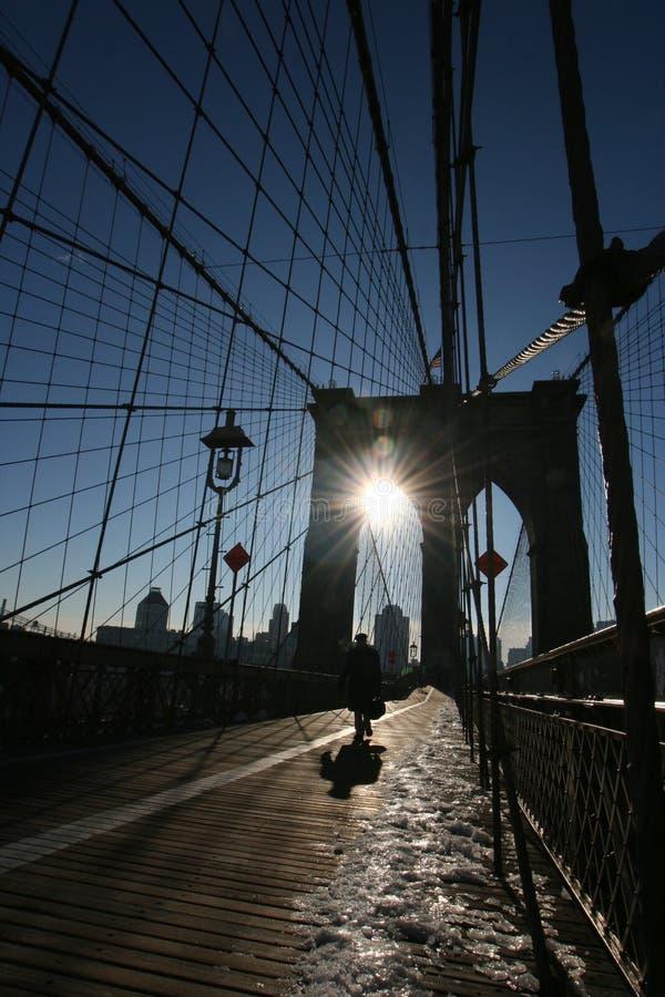 Bedrijfsmens op de brug van Brooklyn stock afbeelding