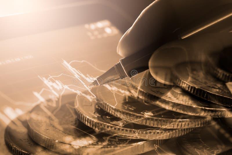 Bedrijfsmens op de indicatorachtergrond van de effectenbeurs financiële handel royalty-vrije stock fotografie