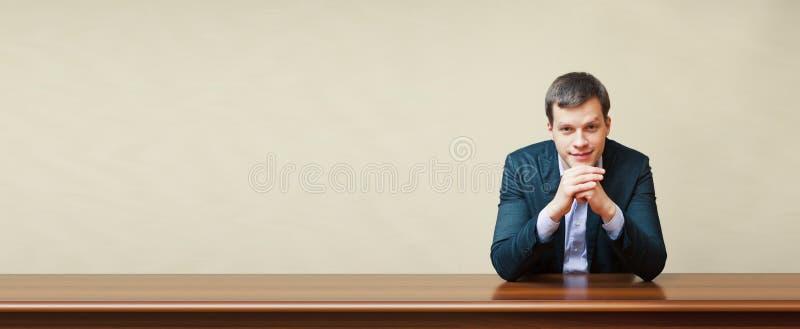 Bedrijfsmens op een bureau stock fotografie