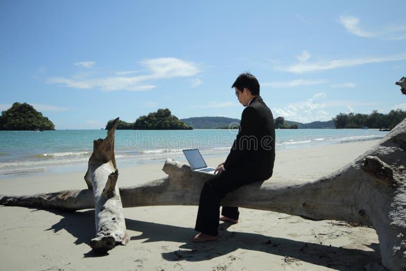 Bedrijfsmens op het strand. royalty-vrije stock afbeelding