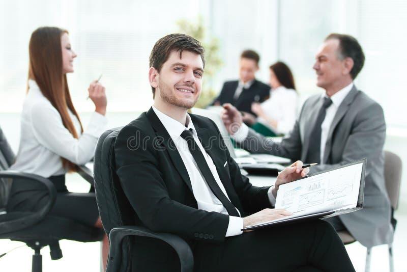 Bedrijfsmens op kantoor met zijn commercieel team die erachter werken stock afbeeldingen