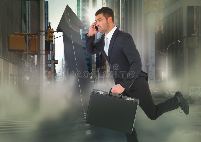 Bedrijfsmens op telefoon met aktentas die over pijl getraceerde weg in straat met gloed lopen stock afbeeldingen