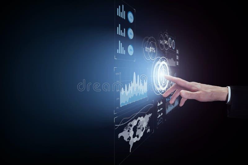 Bedrijfsmens wat betreft virtuele interfaceknoop op donkere achtergrond stock afbeeldingen