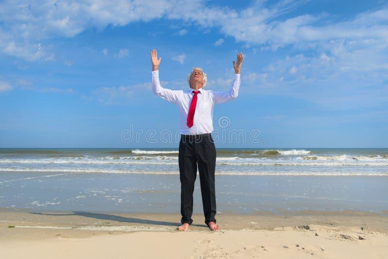Bedrijfsmens zen bij het strand stock afbeeldingen