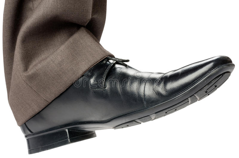 Bedrijfsmens in zwarte of schoenen die lopen stappen royalty-vrije stock fotografie